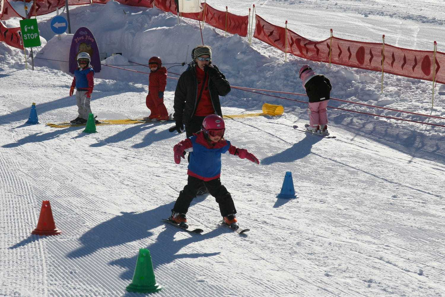 A young child at beginner ESF lessons